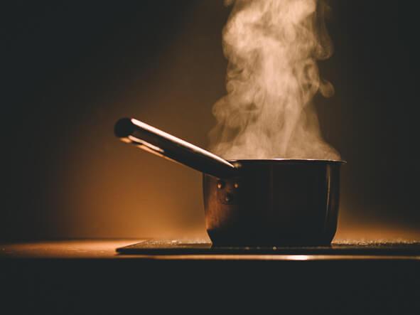 Comment nettoyer une casserole au fond brûlé ?