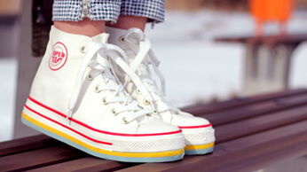 Comment redonner vie à mes chaussures blanches ?