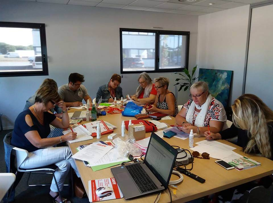 conseillères swipe autour d'une table en réunion activité humaine