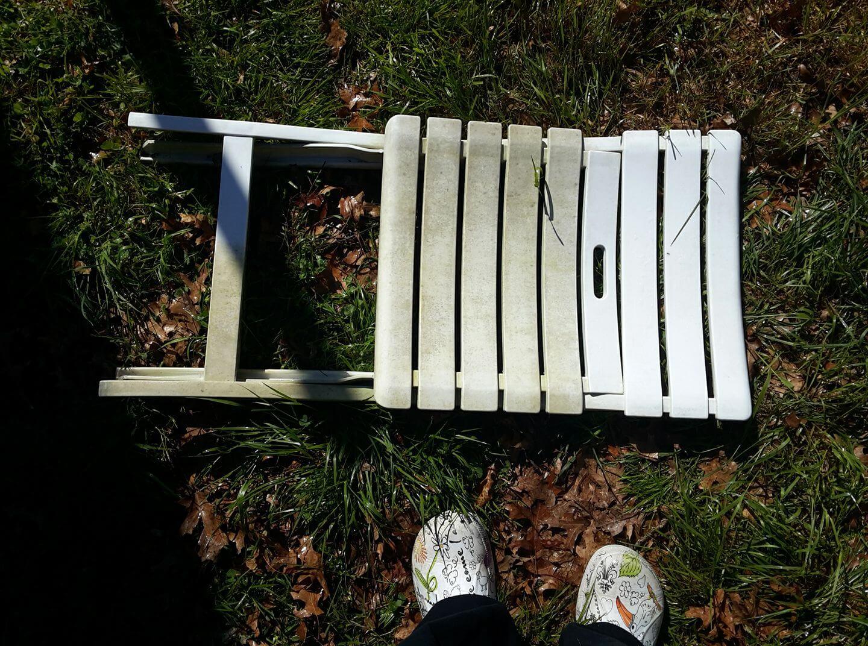chaise de jardin nettoyée grâce au Brite, produit ménager indispensable Swipe