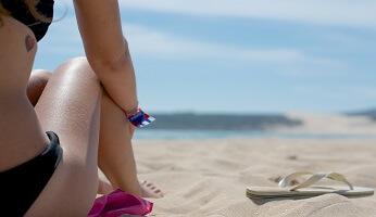 femme sur la plage au soleil