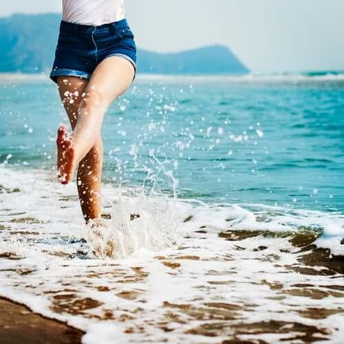 jambes de femme les pieds dans l'eau