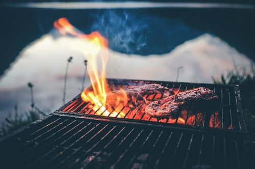 Viandes cuites le soir sur une grille de barbecue