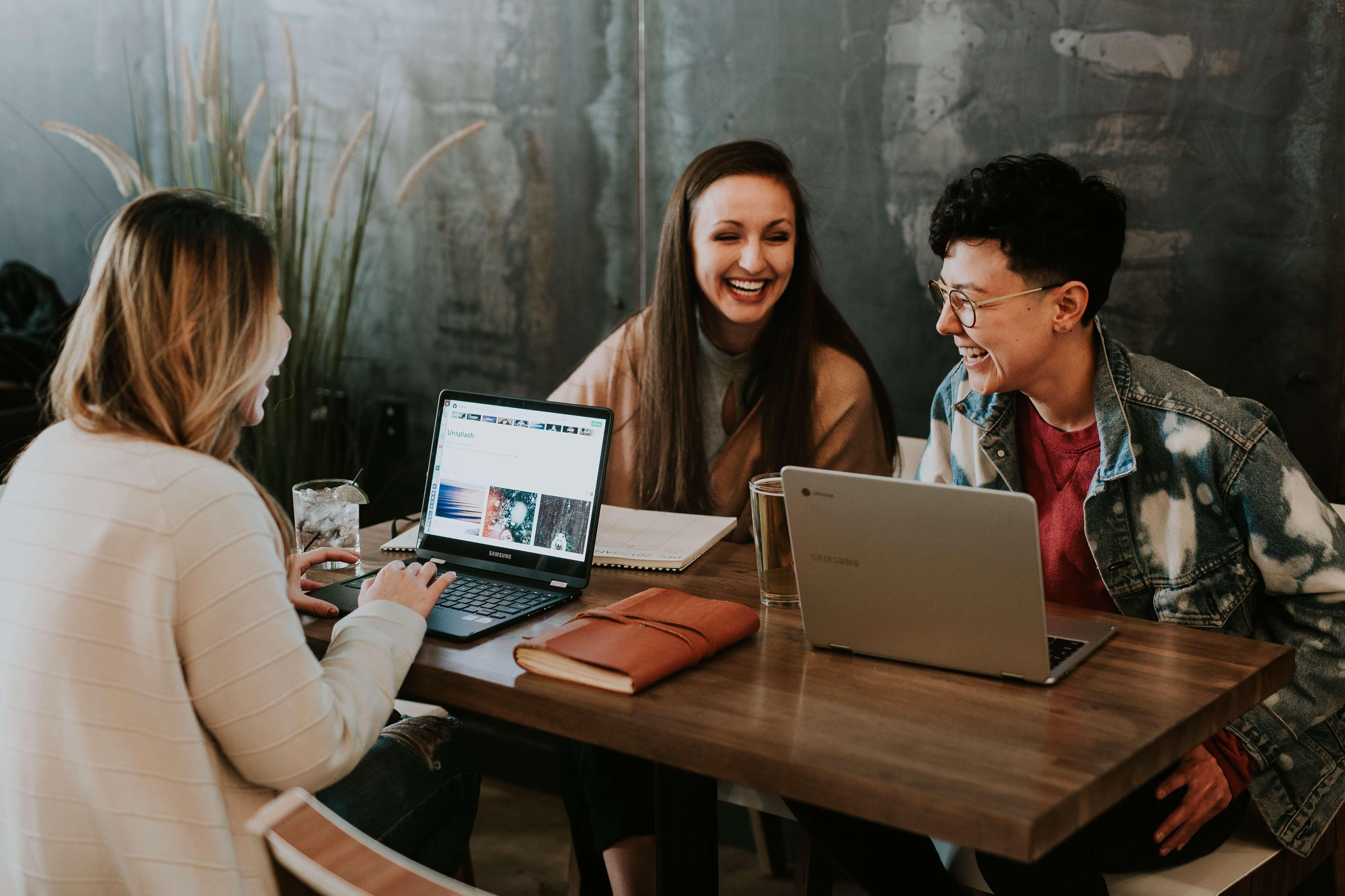 activité humaine Vente Directe gens autour d'une table qui rient et travaillent