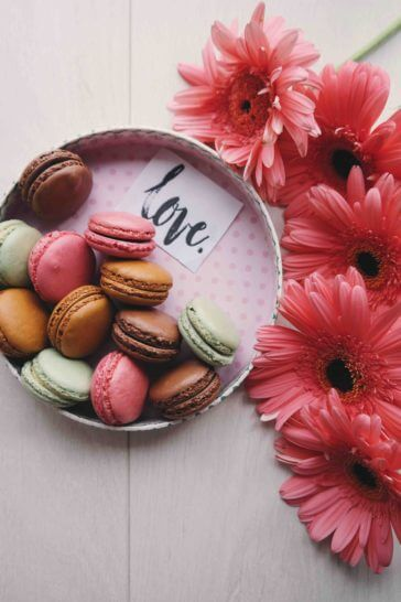 Comment se faire belle pour la Saint Valentin ? boite de macarons cadeau st valentin et fleurs