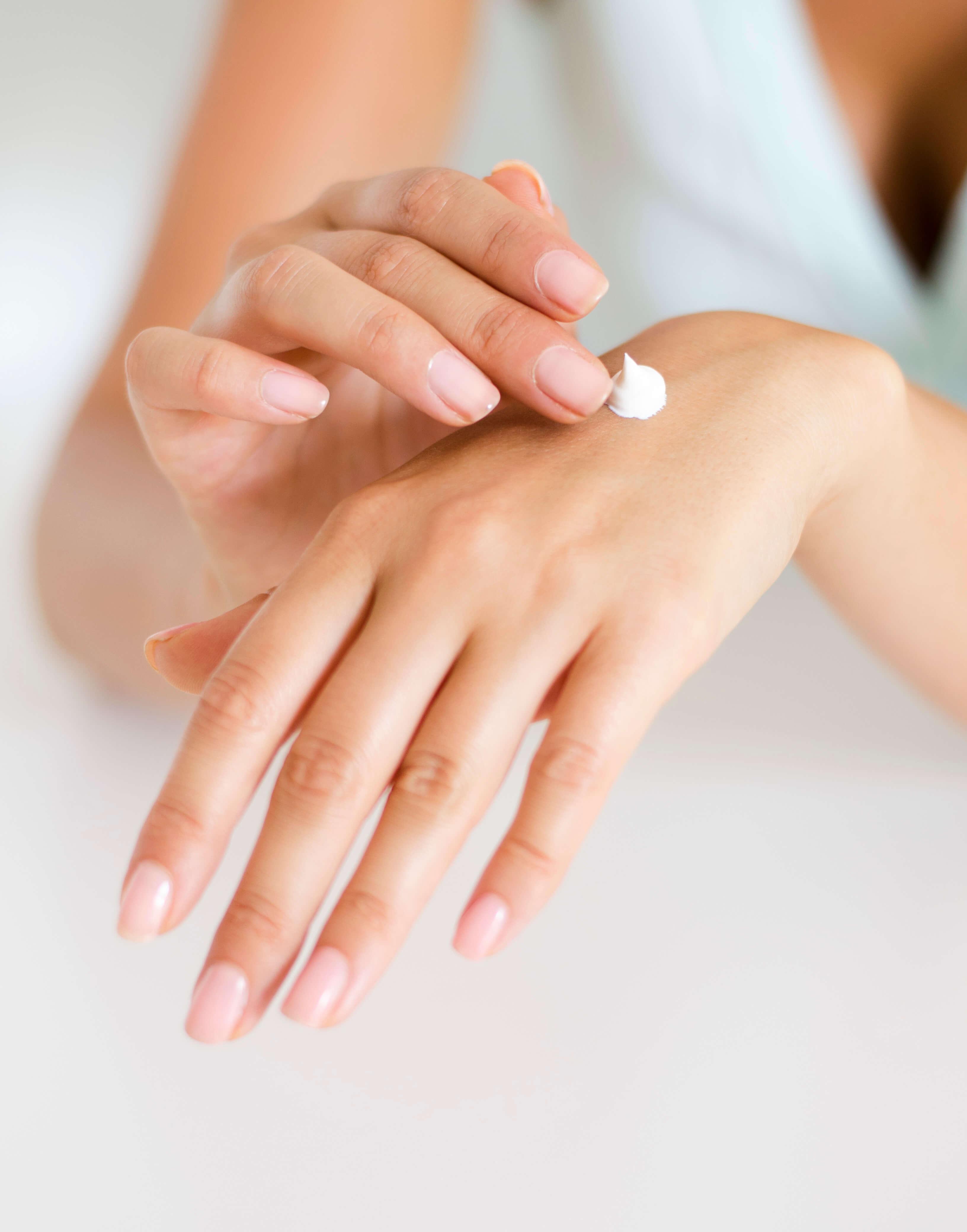 noisette de produit hydratant pour les mains