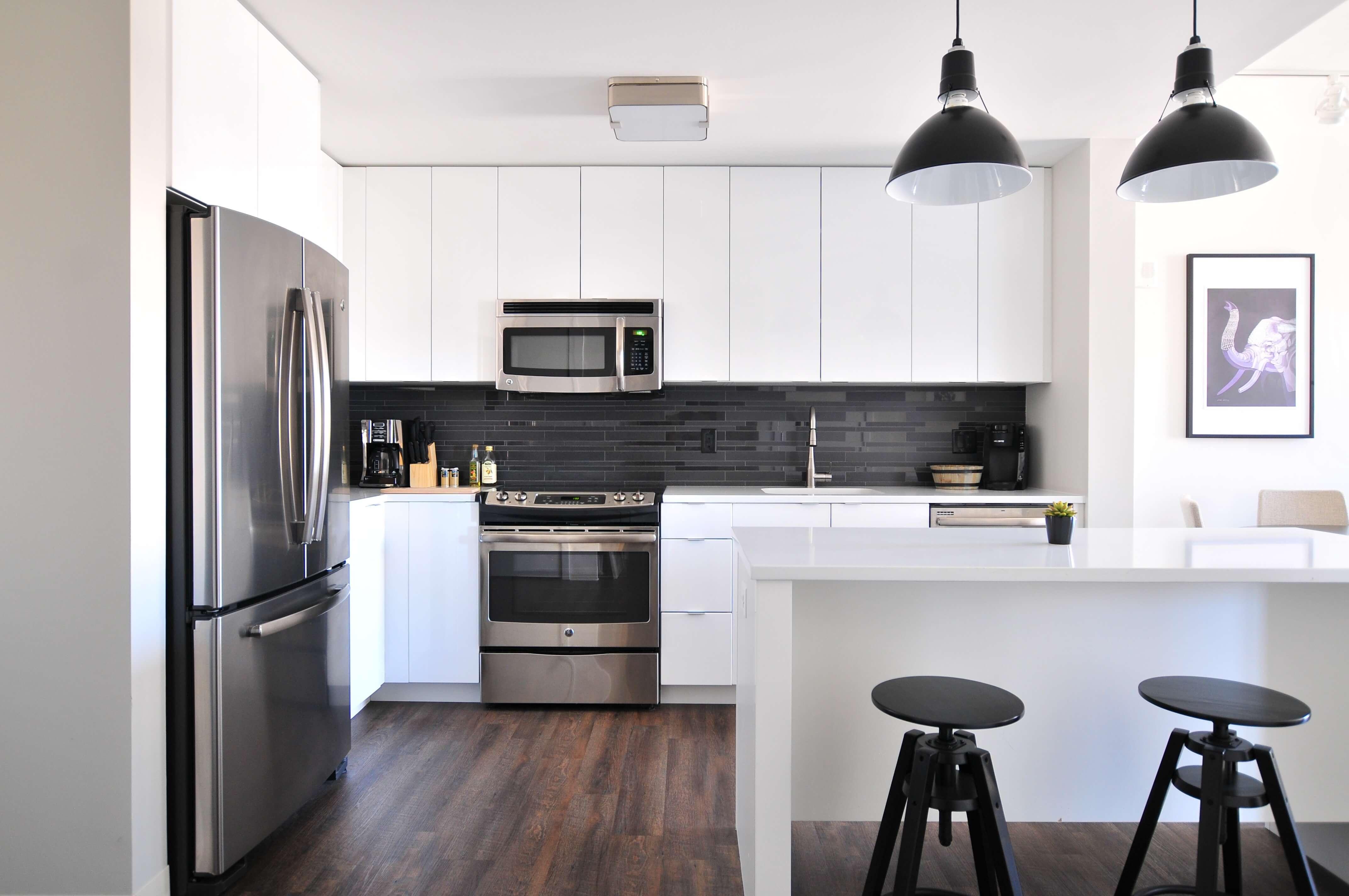 Comment bien nettoyer sa cuisine ? cuisine ouverte moderne blanche
