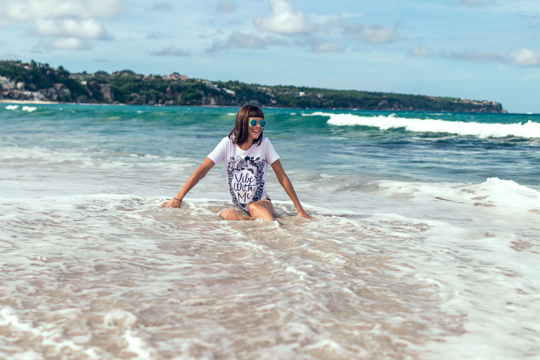 résolutions bien ete de l'été femme heureuse allongée dans l'eau