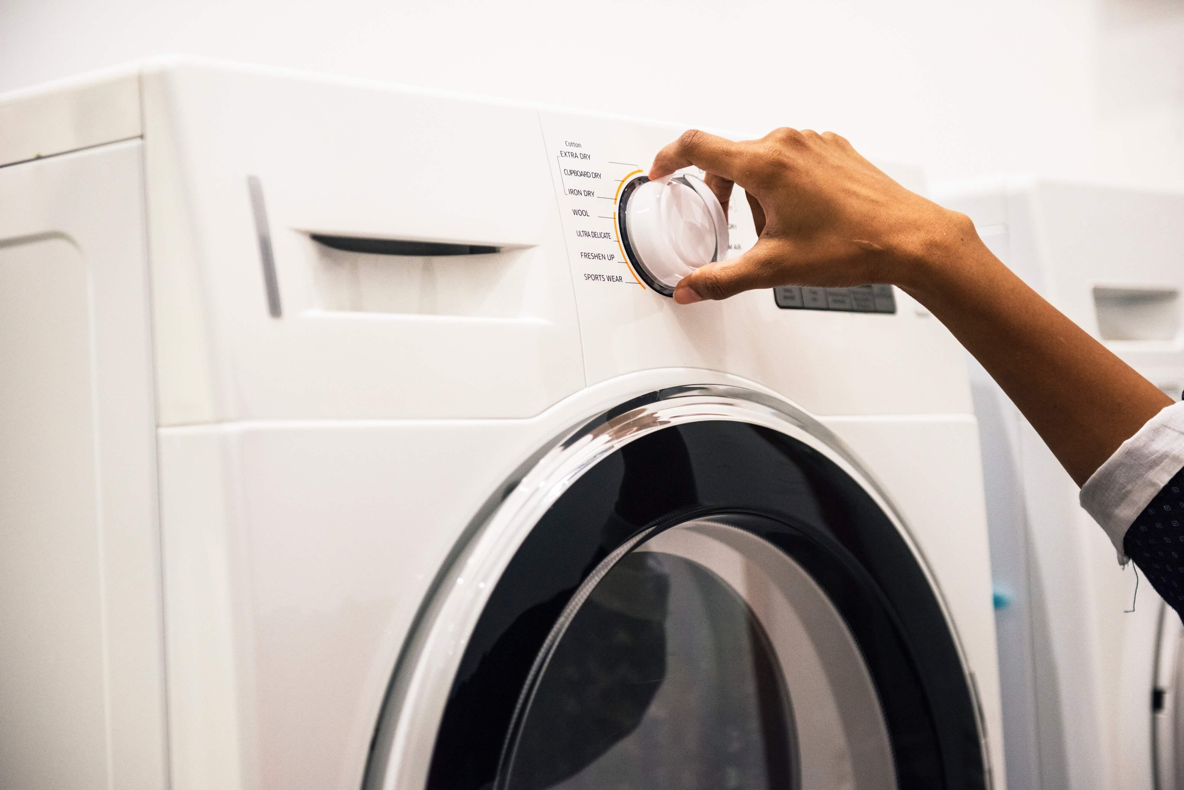 éviter les mauvaises odeurs dans sa machine à laver bras qui règle la machine à laver