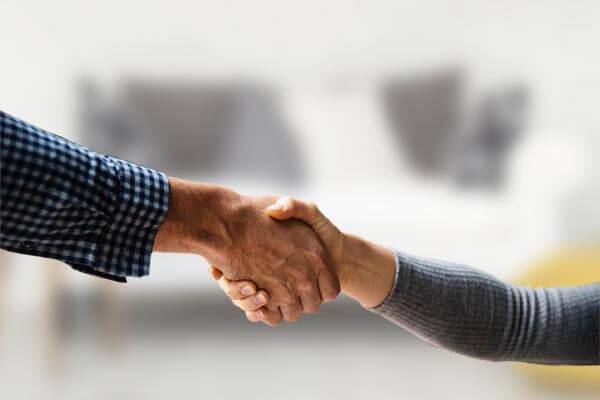 pourquoi choisir la vente à domicile Swipe mains qui se serrent entreprise