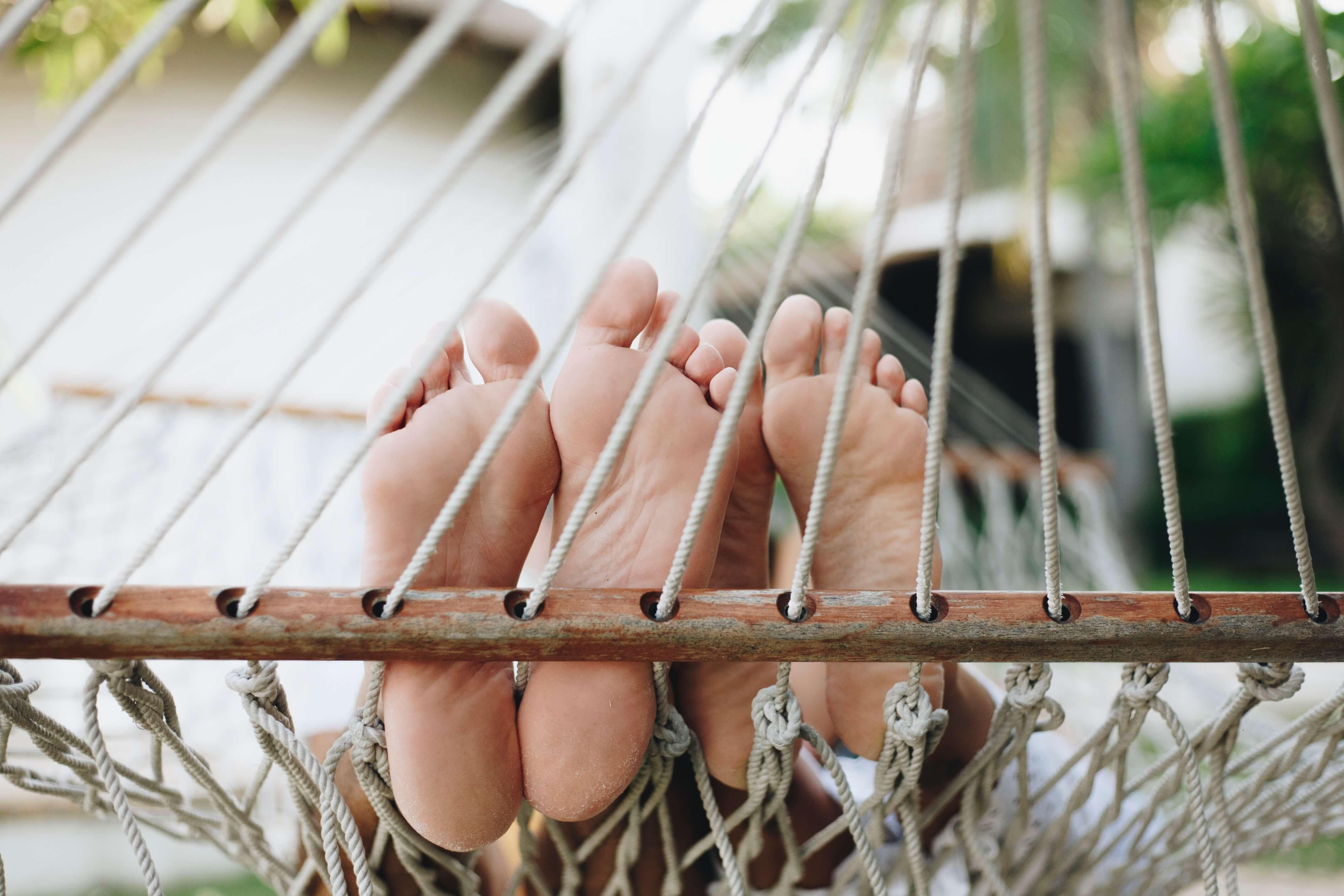 soin des pieds a domicile pieds dans un jardin qui prennent l'air