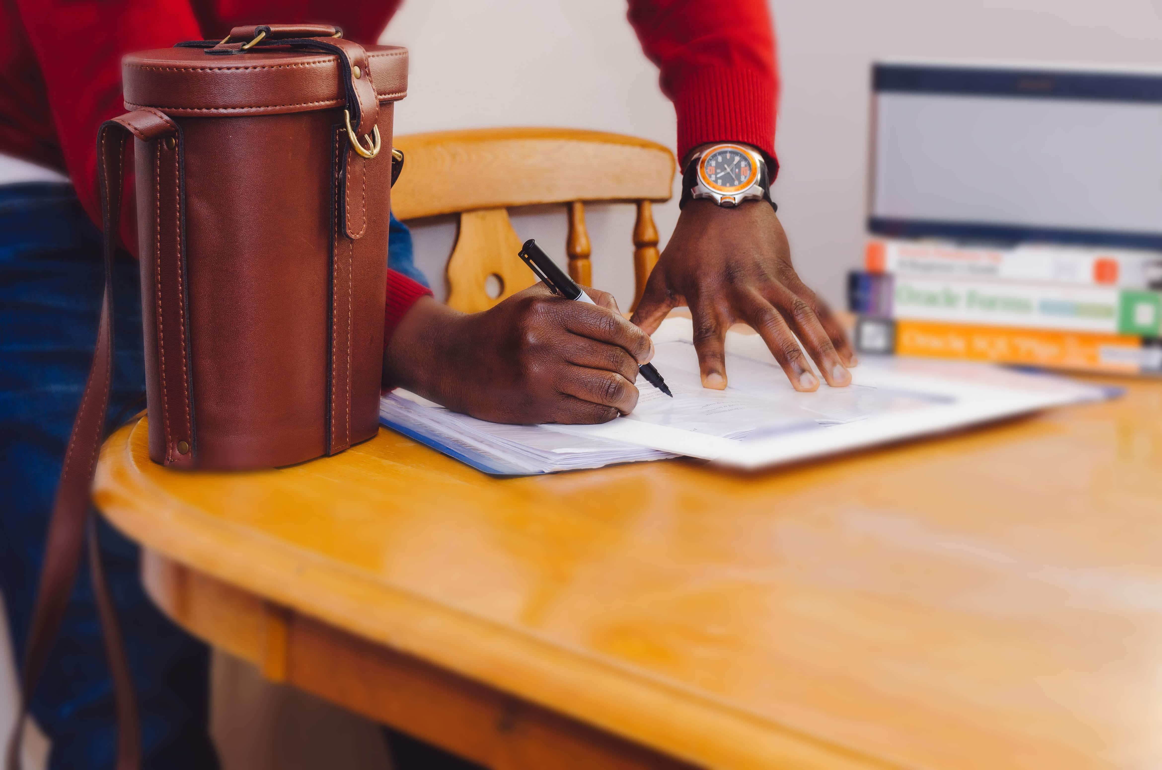 les petites ligne du statut de VDI un bras qui signe un contrat pro
