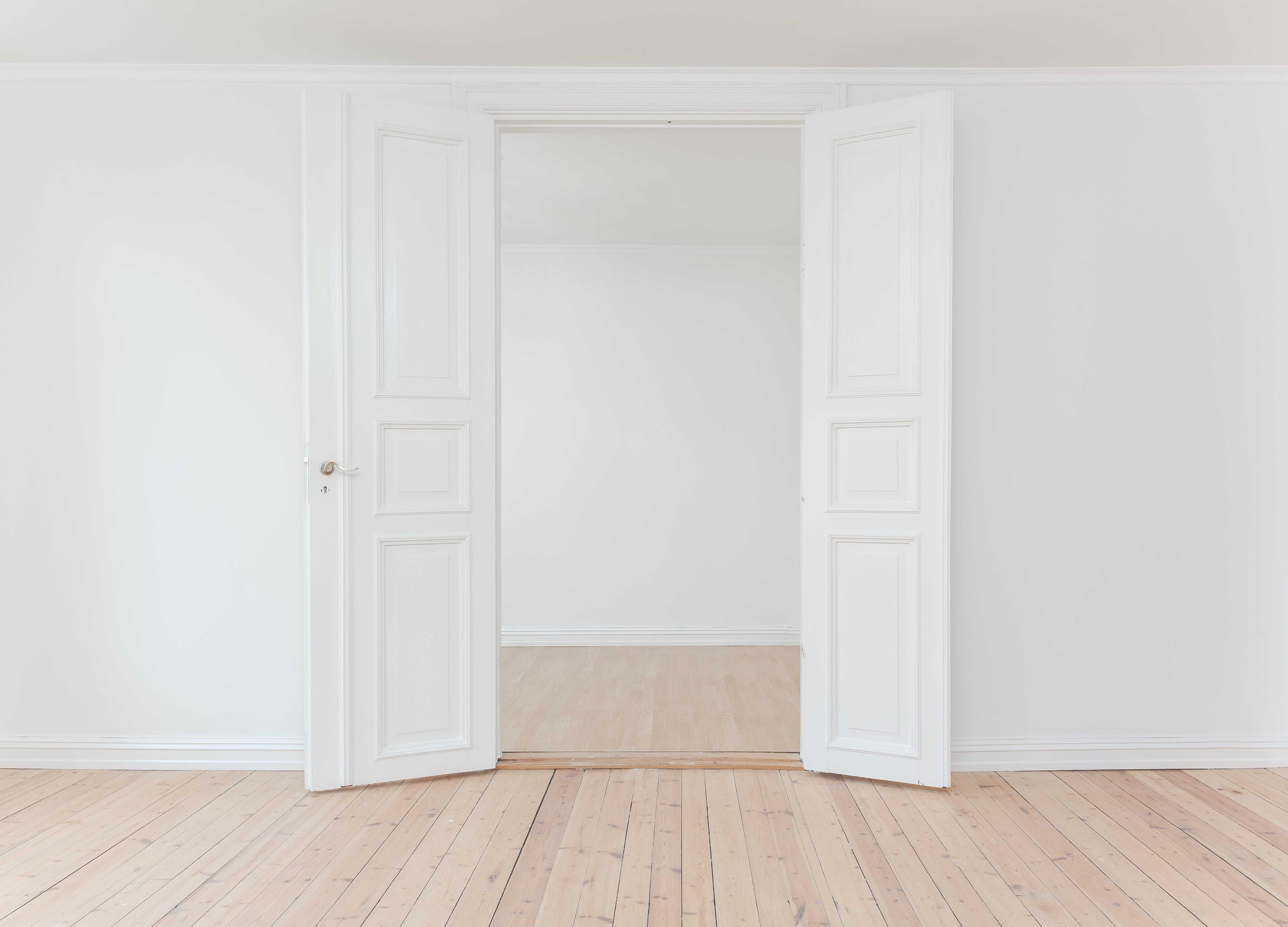 surface blanche avec grande porte ouverte
