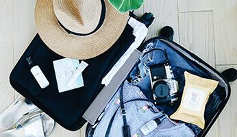 Ménage en vacances : quels produits emmener dans sa valise ?